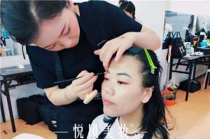北京选化妆学校要注意什么呢?