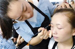 说说选化妆学校的三大重点