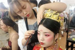 学化妆应该怎样选择化妆学校?